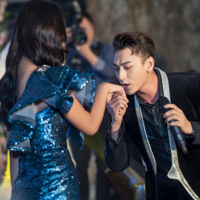 Phản ứng của Hoa hậu Trần Tiểu Vy khi được Isaac hôn giữa đám đông?