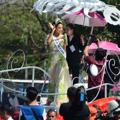 yan.vn - tin sao, ngôi sao - Hàng nghìn người ra đường xem lễ diễu hành đón Tân Hoa hậu Hoàn vũ 2018 trở về