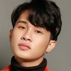 """yan.vn - tin sao, ngôi sao - Cư dân mạng """"đào mộ"""" clip chàng trai giống hệt chủ nhân hit Sóng Gió hát thảm họa tại Vietnam Idol"""
