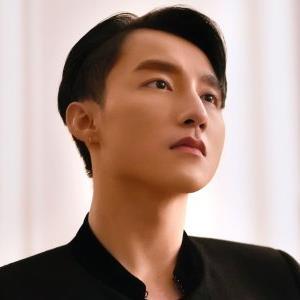 yan.vn - tin sao, ngôi sao - Chân dung 'bông hồng lai' giỏi 4 ngoại ngữ bên cạnh Sơn Tùng