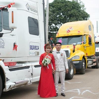 yan.vn - tin sao, ngôi sao - Chú rể dùng 6 xe container rước dâu khiến CĐM trầm trồ