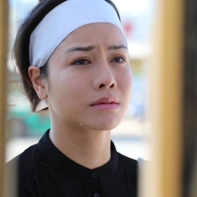 yan.vn - tin sao, ngôi sao - Nhật Kim Anh đeo khăn tang, mặt vô hồn đứng khóc trước cửa nhà