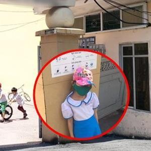 yan.vn - tin sao, ngôi sao - Bé gái phải đợi ở cổng trường vì đi học sớm hiện đang rất sợ cô